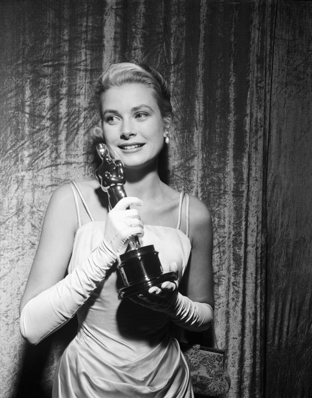 Grace Kelly Clutches her Oscar